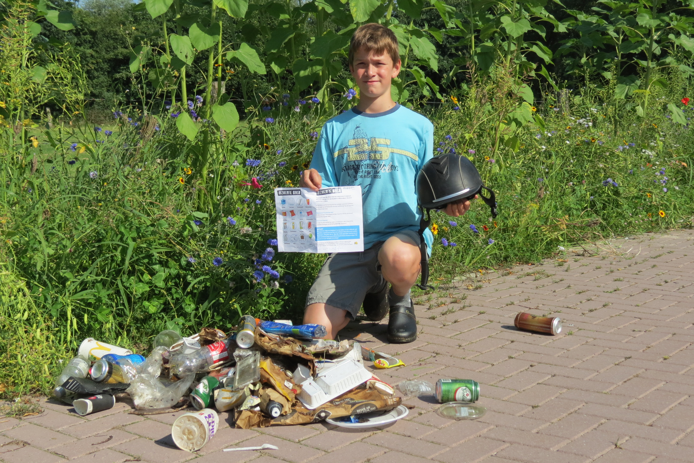 hof van plastic - jongen bij zwerfafval afval is grondstof