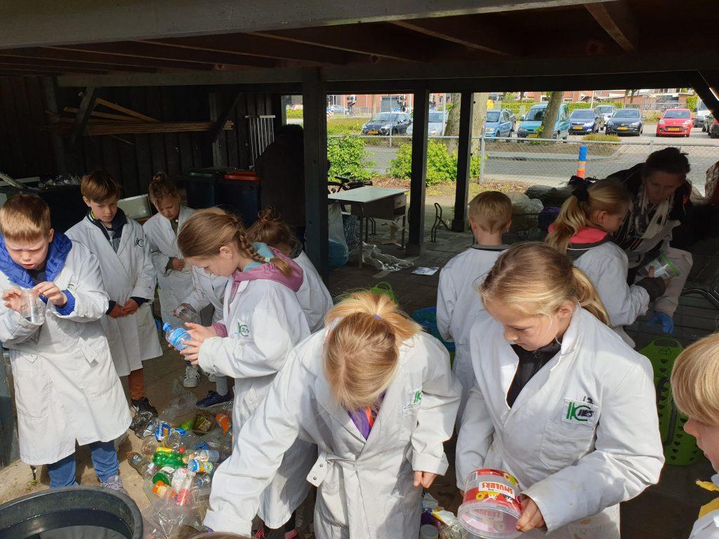 Hof van Plastic uit het afval het plastic sorteren afval is grondstof IKC Magenta Delden
