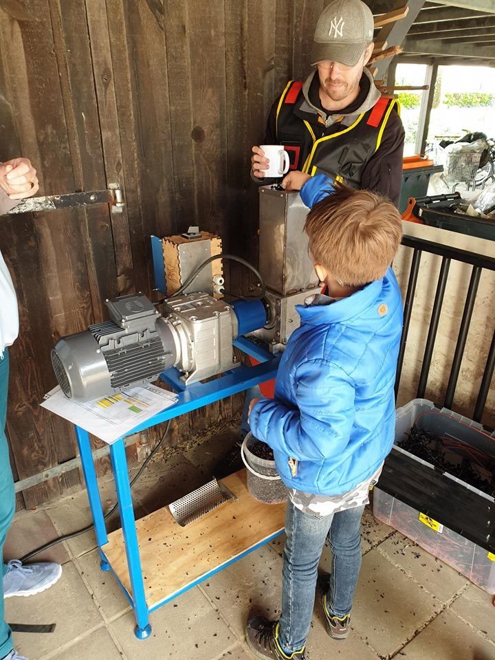 Hof van Plastic oud plastic wordt vermalen in de shredder IKC Magenta Delden